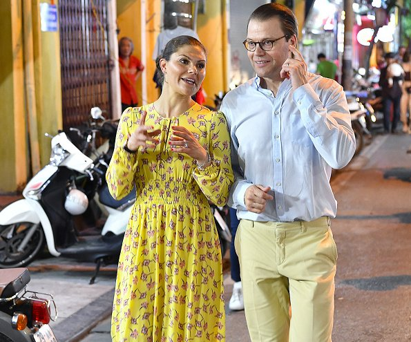 Crown Princess Victoria wore Maxjenny glimmer colour plain top and glimmer colour k-long skirt. Maxjenny!, Victoria's old favourite