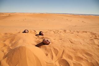 """Марокко. Съемочная группа фильма """" Геркулес. Hercules Reborn"""" (2014) принимает песчаные ванны в песках Сахары"""