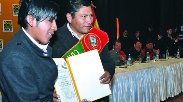 Ronald Ramos devuelve su condecoración de Alladía de El Alto