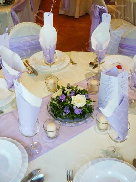 Esküvői asztaldísz halvány lila színben fehér rózsa, lila liziantusz asztalközép
