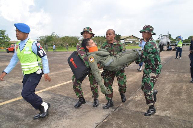 Tim Crash Lanud Supadio Selamatkan Penerbang Hawk 100/200