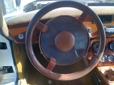 O corpo do volante do Lafer LL 001 é original, mas os mostradores digitais foram removidos.