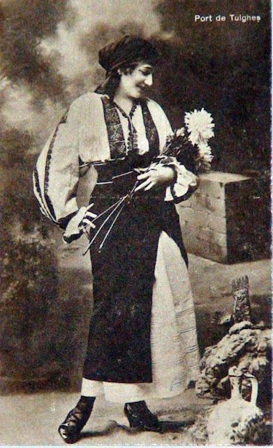 Femeie cu ie din Tulghes, Harghita, Transilvania si buchet de crizanteme