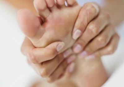 E agulhas pés dos intermitentes nos alfinetes dedos