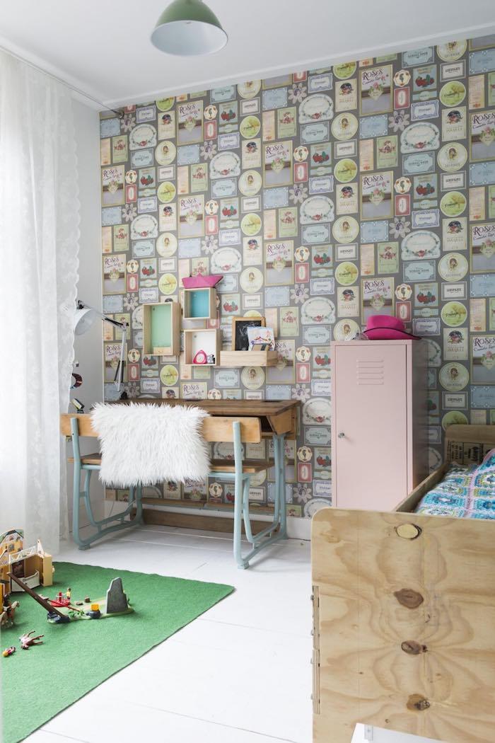 dormitorio de niña con papel pintado, taquilla y escritorio antiguo.