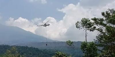 Heli Mi-8 mulai melakukan pembasahan di area kebakaran Gn. Ciremai. Foto : BPBD Kab Kuningan