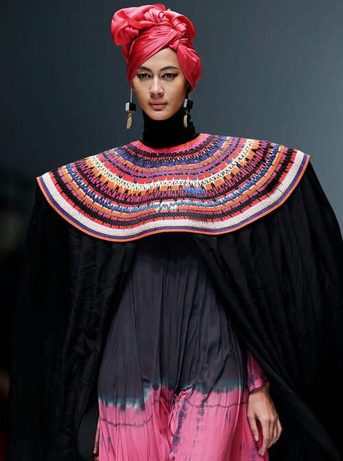 www.Tinuku.com Jakarta Fashion Week (JFW) 2017 is underway for pieces Haute Couture and experimental