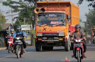 aksi pemblokiran jalan menolak truk sampah
