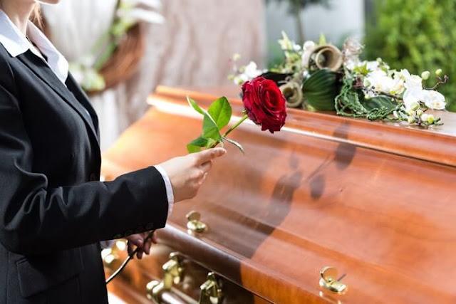 Scéne d'adieu lors d'un enterrement, cercueil + rose