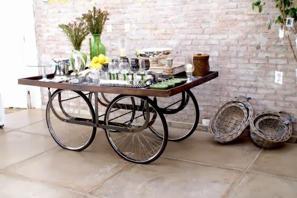 Un minibar hecho con ruedas de bicicleta