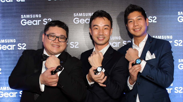 Digs Dimagiba, Minsu Chu, and Rhinn Piczon of Samsung Philippines pose with their Gear S2.
