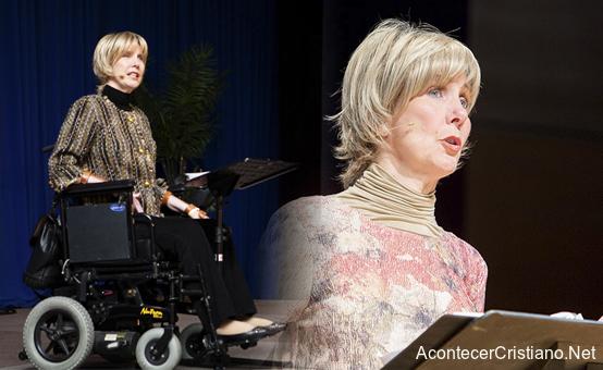 Mujer con discapacidad predica en silla de ruedas