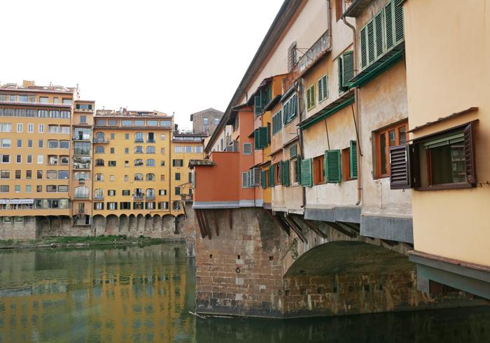 vue latérale du Ponte vecchio à firenze