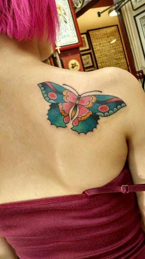 Linda tatuagem de borboleta design para as mulheres no ombro, esta tatuagem olhar impressionante