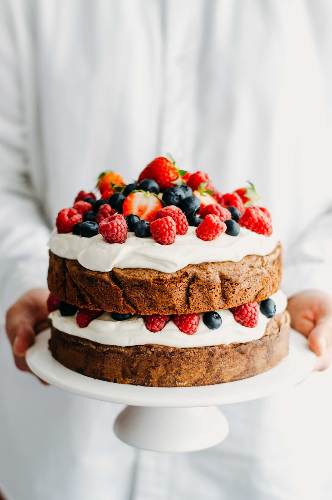 Chocolate and Cardamom Cake w/ Berries | https://oandrajos.blogspot.com