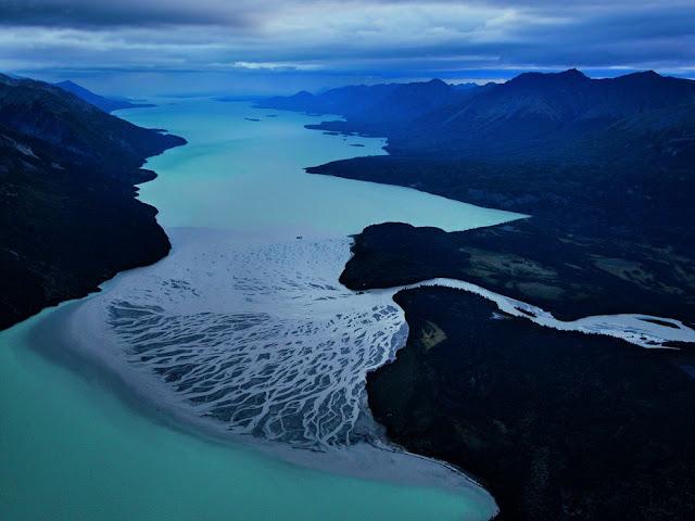 نهر Tlikakily في آلاسكا ، وهو يصب في بحيرة كلارك .