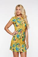 Rochie PrettyGirl mustarie de zi cu croi in a din material usor elastic cu imprimeuri florale