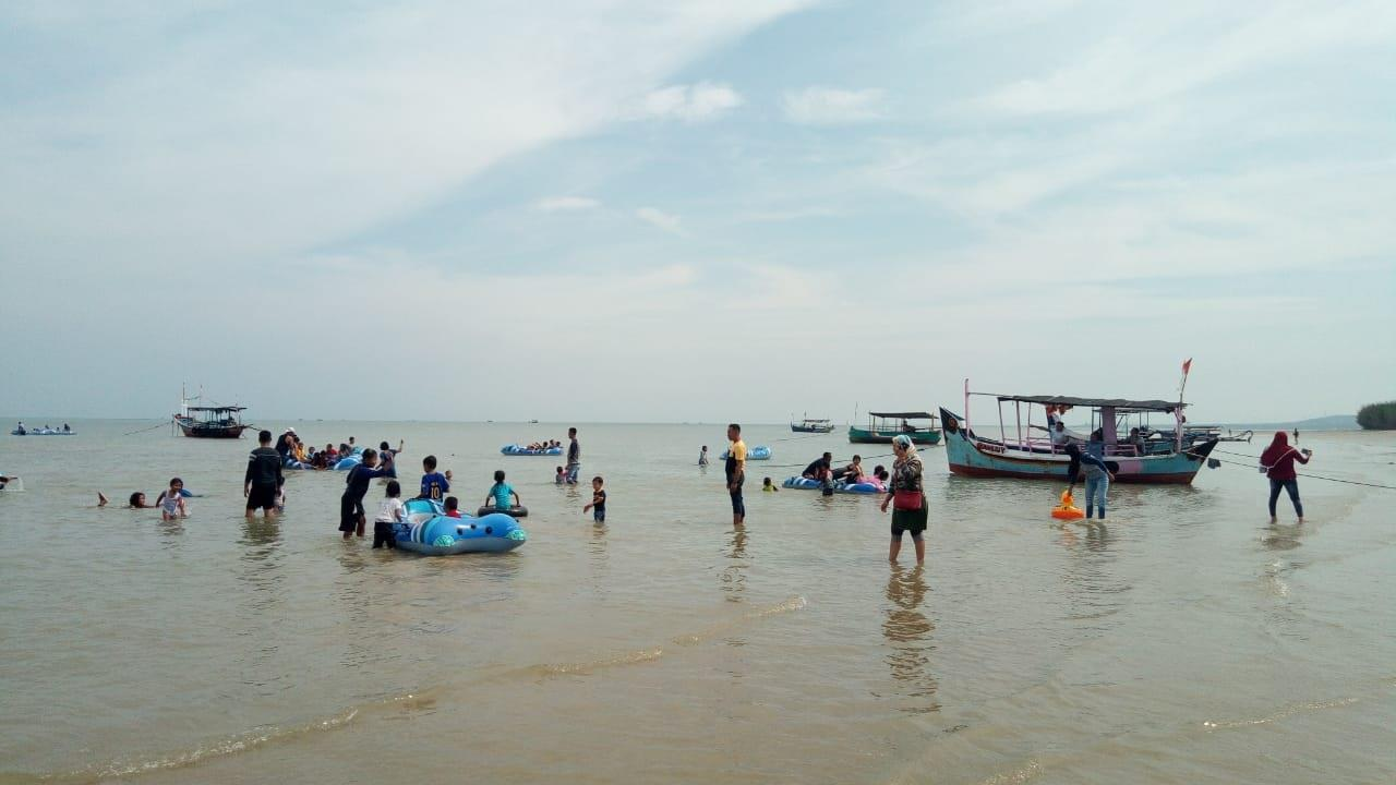 Anak-Anak Asik bermain di Pantai Caruban Lasem Rembang