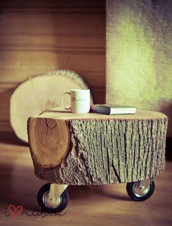 Mesa de centro hecha con tronco y ruedas