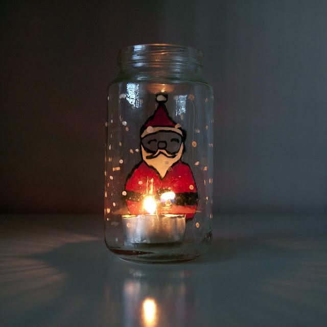 Portavelas de Papá Noel con vela encendida por detrás