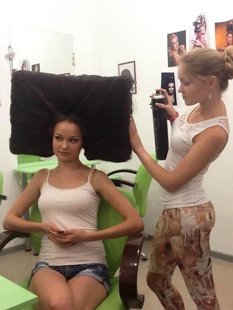 Ela está muito feliz com o que está fazendo. O mais impressionante é o quão orgulhosa a cabeleireira parece esta