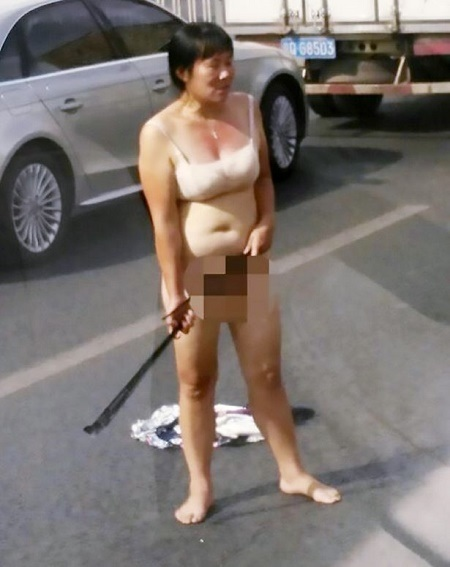 OMG!!! Angry Woman Strips N*ked in Public and Attacks Drivers with Iron Rod (Photo+Video)