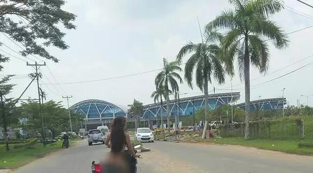 Tanpa Busana Sehelai pun Wanita di Kalimantan ini Naik Motor