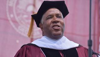 Δισεκατομμυριούχος μίλησε σε τελετή αποφοίτησης κολεγίου και ξεπλήρωσε τα δάνεια όλων των αποφοίτων