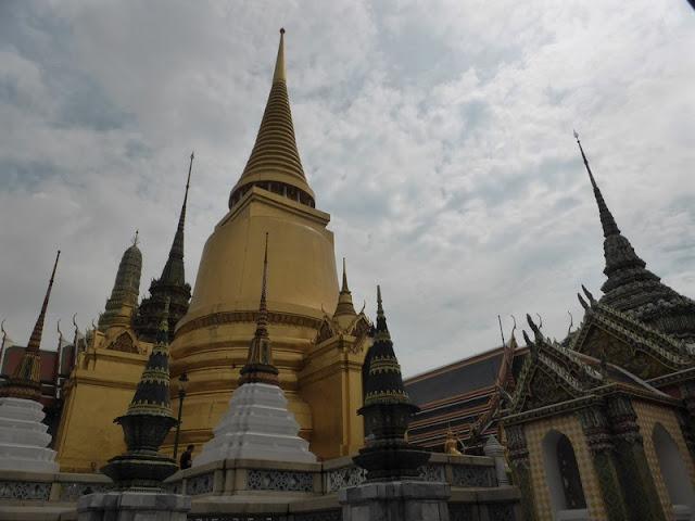 Estupas alrededor de los templos del Buda esmeralda