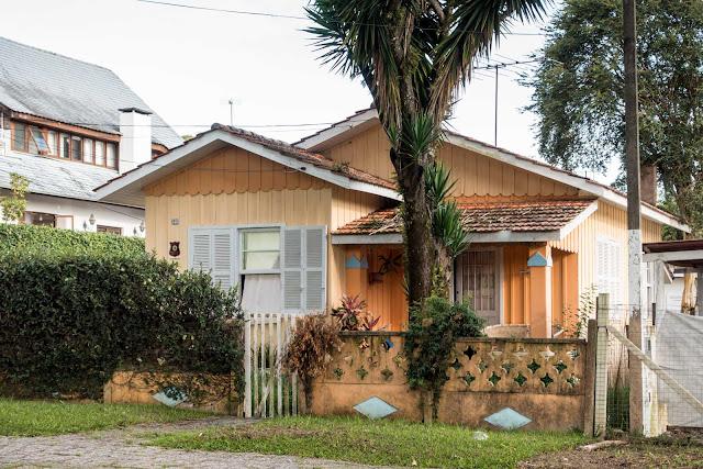 Outra casa de madeira na Rua Deputado Carneiro Campos, Curitiba