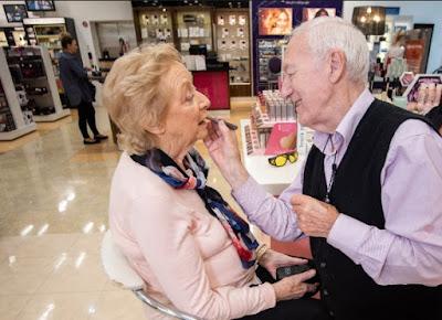 abuelo de 84 años maquilla a su esposa ciega