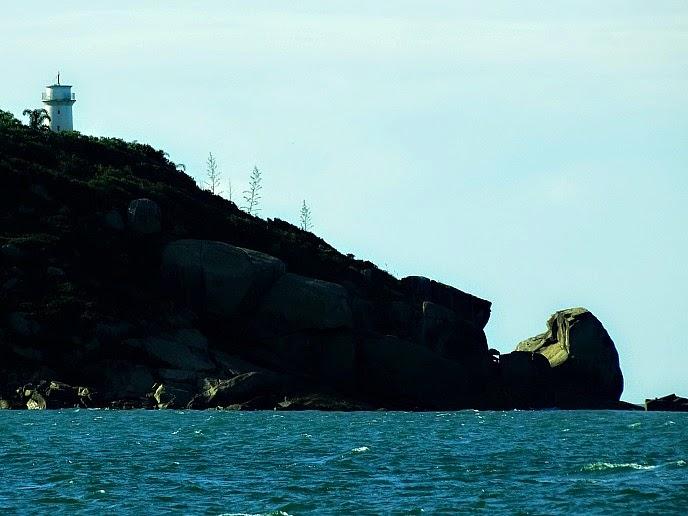 Farol da Ilha de Santa Catarina visto a partir da Praia do Sonho, em Palhoça