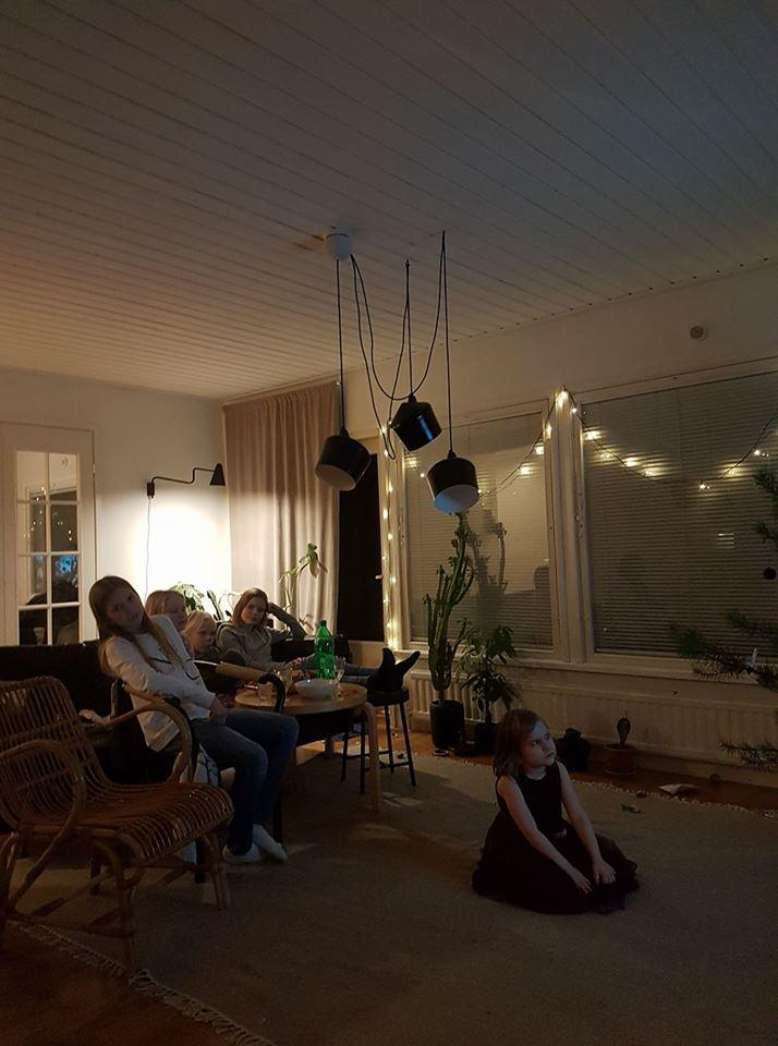 lasten leffailta olohuoneessa
