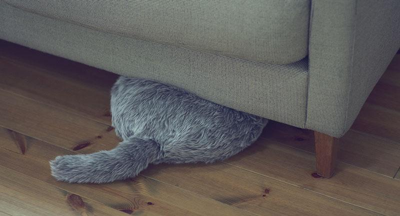 Подушка Qoobo. Подушка - котозаменитель под диваном