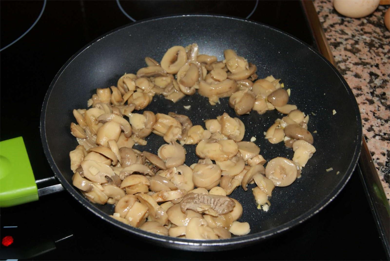 tortilla de champiñones y pimiento paso 1