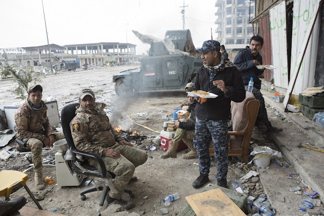 Αστυνομικοί και άνδρες της ERD τρώνε κοντά στο ανάχωμα