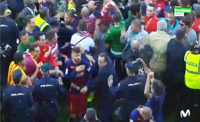 Aficionados invadieron el campo del Granada impidiendo celebrar al Barcelona el título de liga
