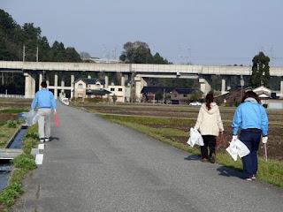 新幹線の高架下に向かって、ゴミがないか探しながら進んでいきます