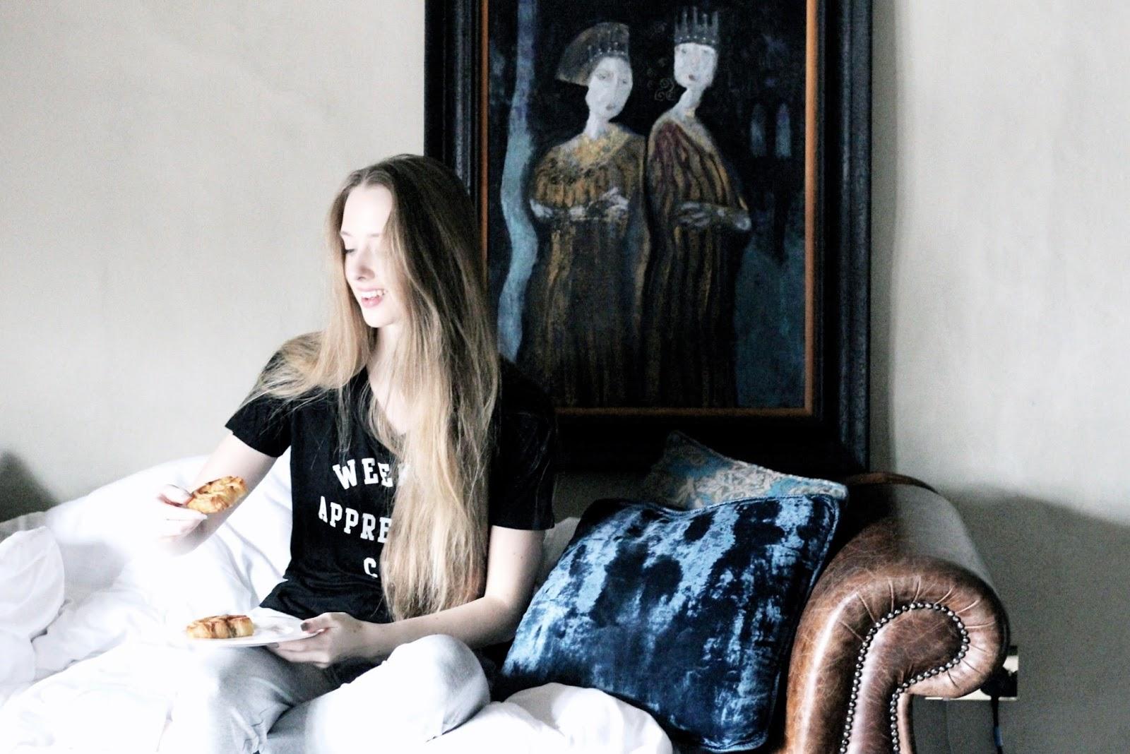 Travle blogger eating breakfast in loungewear