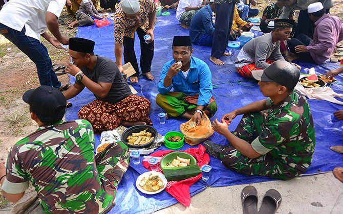 Aparat dan warga setempat tidak ada sekat. Makan bersama
