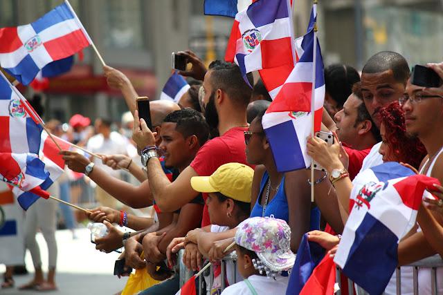 Desfile dominicano de Manhattan, Nueva York 2016 - dominicanos disfrutando del desfile bandera en alto