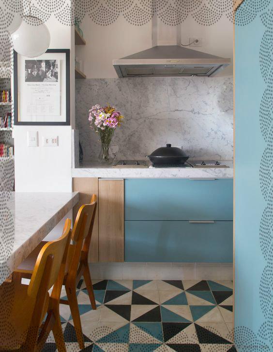 Uma cozinha Azul da cor do Mar