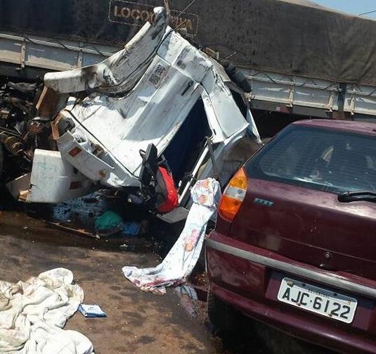 Duas carretas e um carro se envolvem em acidente na BR - 364, em Cacoal