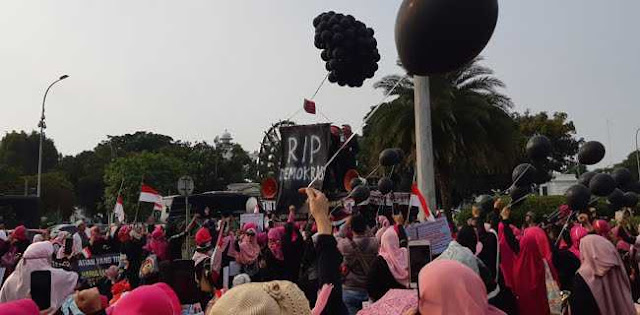 Tujuh Jeritan Perempuan Indonesia Di Depan Istana Jokowi