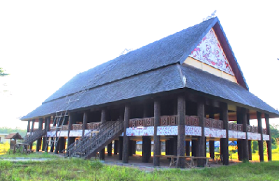 Rumah Lamin adalah rumah adat suku Dayak Kenyah. Rumah itu berbentuk panggung setinggi 3 meter dan dihuni oleh 25-30 kepala keluarga. Halaman rumah dihiasi oleh patung-patung Blontang, menggambarkan dewa-dewa sebagai penjaga rumah atau kampong.