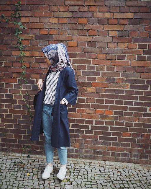 OOTD Baju Hijab Kekinian Ala Selebgram 2018 cardigan navy kaos panjang tshirt top stripe putih hitam hijab segi empat square scarf bercorak ungu muda jeans denim longpants biru muda kets sneakers putih gaya casual bahan kain jersey tote bag outfit ootd selebgram
