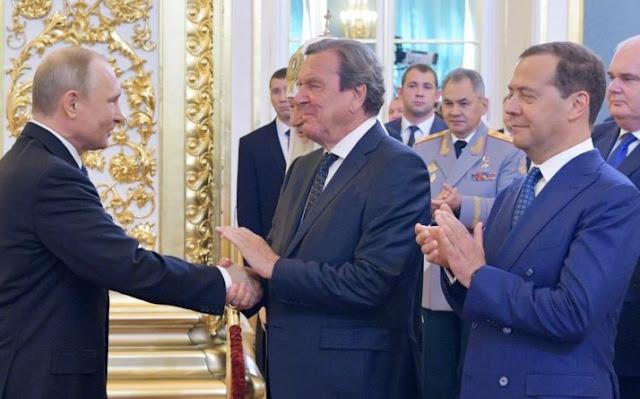 На инаугурации Путина место в переднем ряду получил экс-канцлер Шредер.