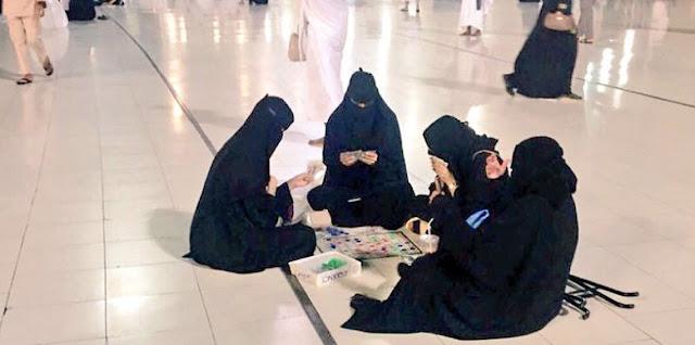 فتايات يلعبون لعبة سيجا في الحرم المكي ويثيرون  غضب المسلمين