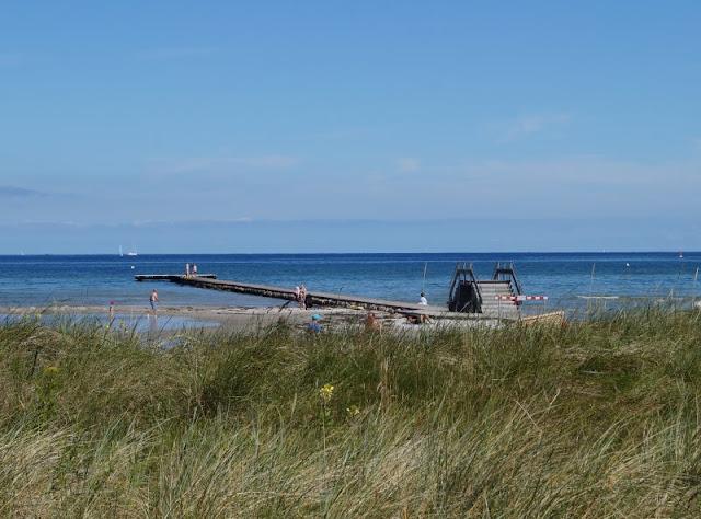 Mit dem Ollo Laufrad die Strandpromenade entlang! Am Strand von Stein kann man mit seinen Kindern auch wunderbar Laufrad fahren, bevor man am Strand badet oder auf den Anleger hinaus spaziert.