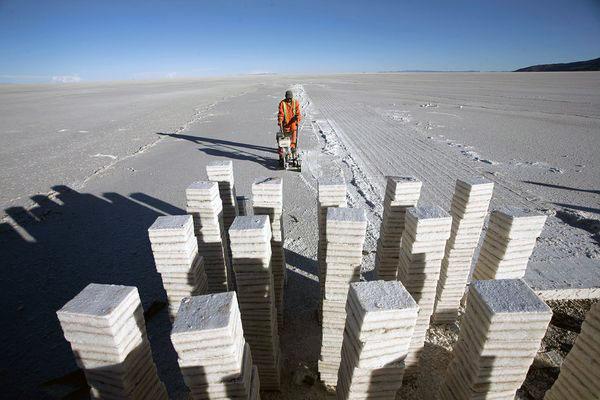 Kare tuz kalıplarının üst üste konulmasıyla yapılmış bir gökdelen şehir